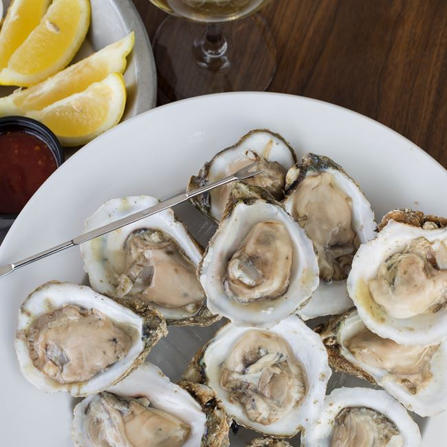 Raw Oysters at Boathouse On The Bay